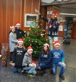 Gemeinsames Schmücken des SV-Baumes mit Betreuungsschülerinnen und -Schülern